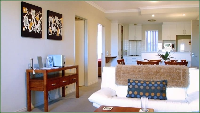 Luxury 2 Bedroom Apartment 10 mins from beaches.