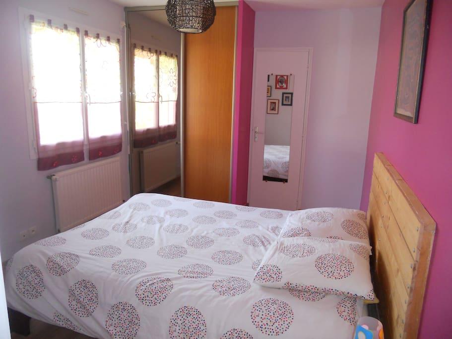 chambre avec lit 160 et salle de bains privée