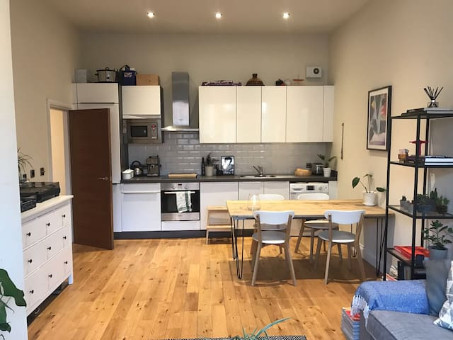 Spacious 1-Bed Loft Style Apartment in East London - Londra - Daire