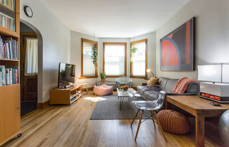 First-floor Flat in Vibrant Oak Park Neighborhood