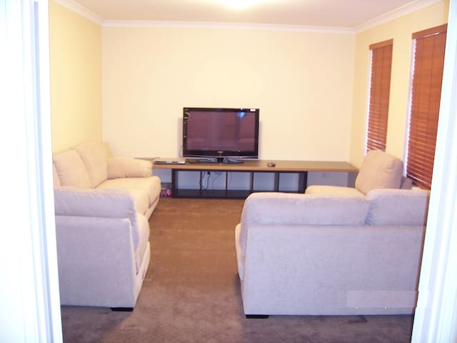 2 bedrooms, 2 ensuite, 1 study, and Home Theatre - Lakelands - Haus