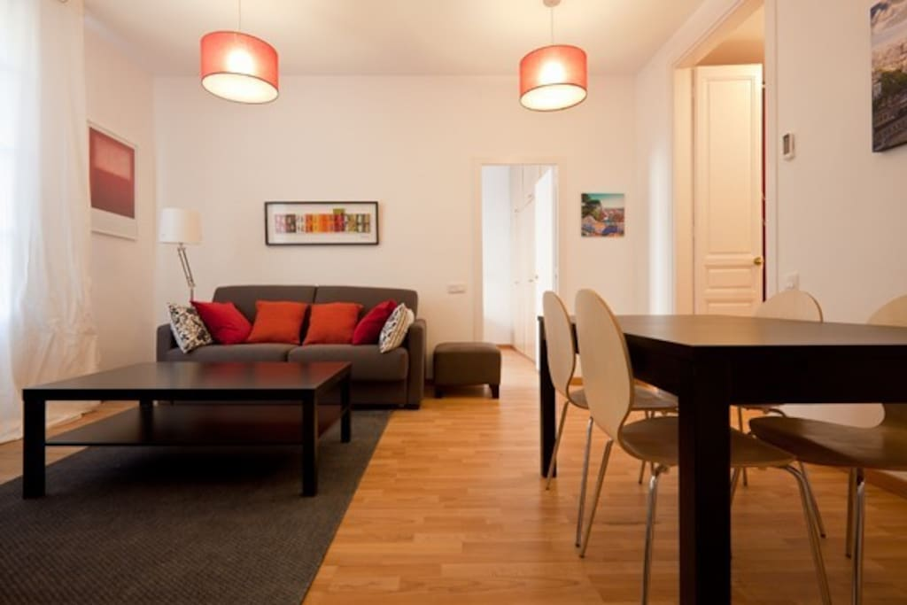 living room, dinning room, table, chairs, sofa, capacity 6 people