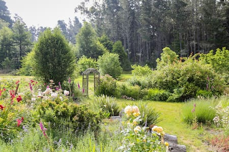Hummingbird Haven, A Charming Garden Retreat - Mendocino - Hus