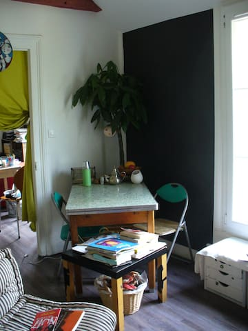 Coin repas dans le salon (lunch corner in the room)