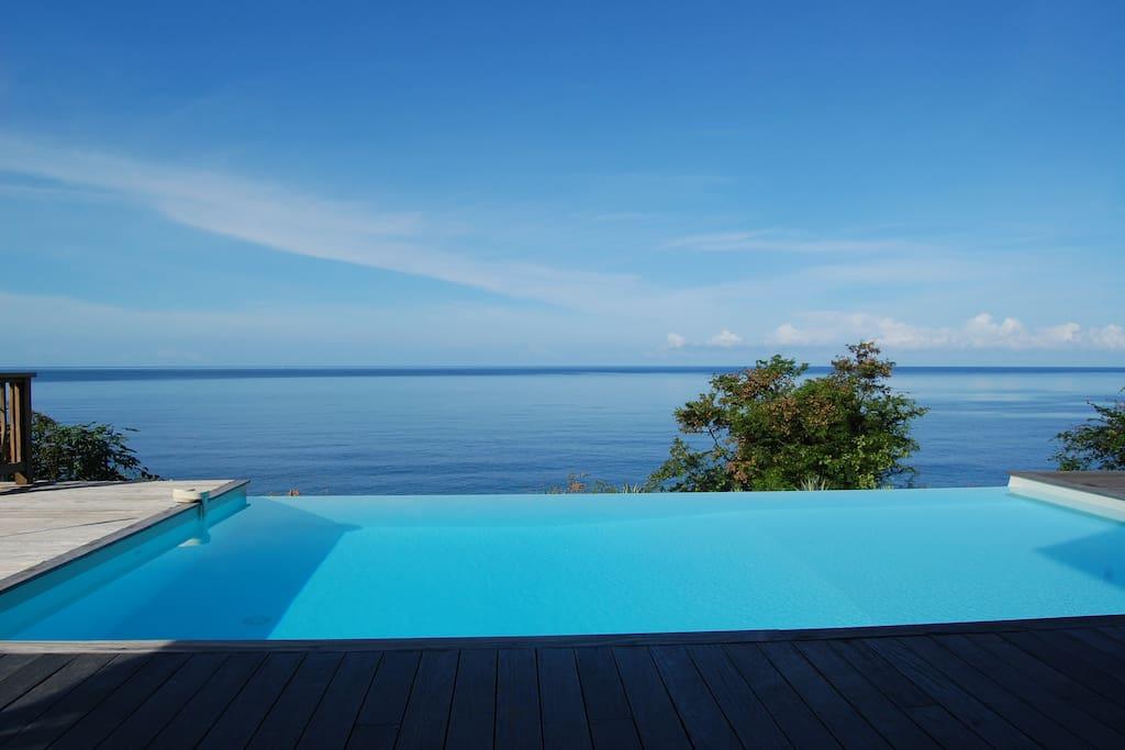 La piscine à débordements de la Villa Madras