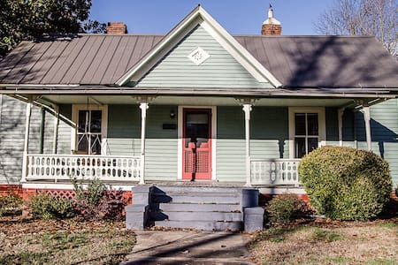 Charming Historic District Cottage - Burlington - House