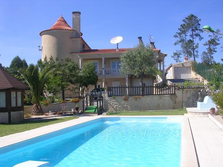 TRES BELLE VILLA avec piscine côté Ourem