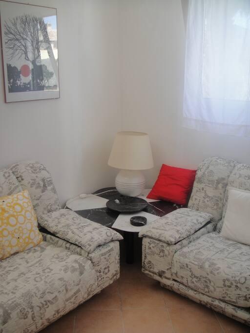 angolo soggiorno con divani