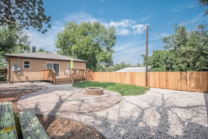 Mid century Bungalow with THE BEST backyard