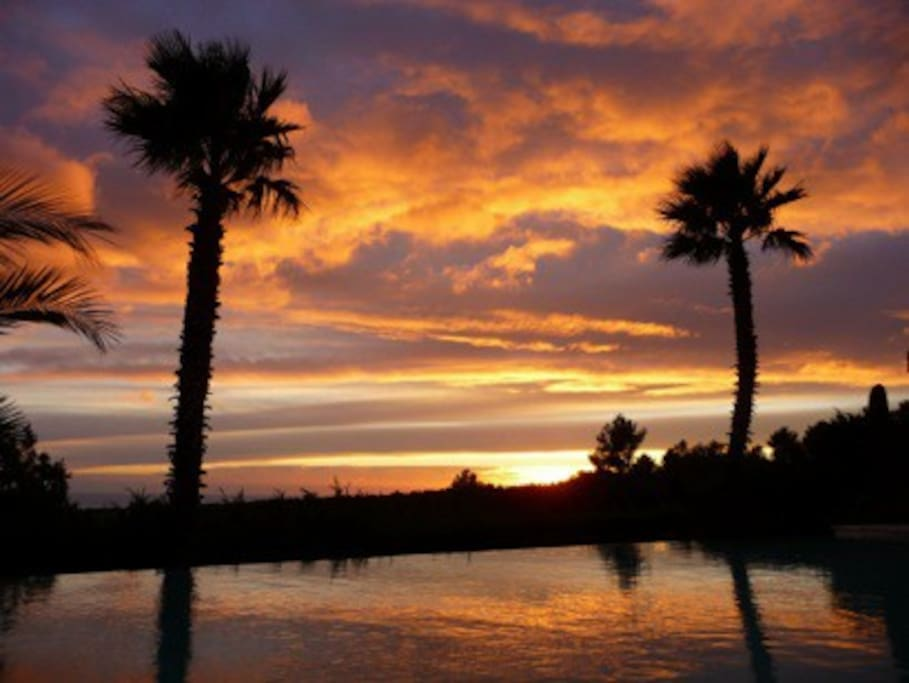 certains soirs la féerie du coucher du soleil à partir de la terrasse ou de la piscine