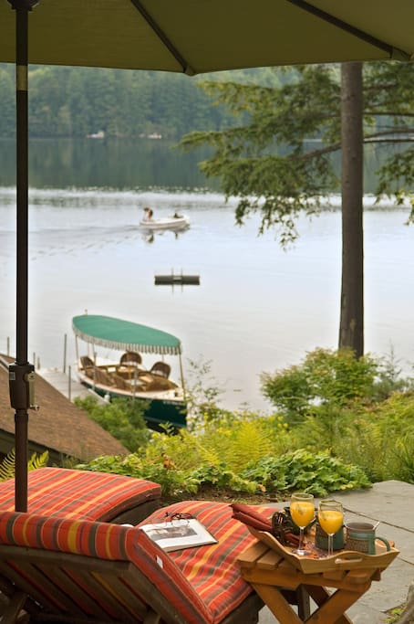 Evening hors d'oeuvres and wine with a lake tour