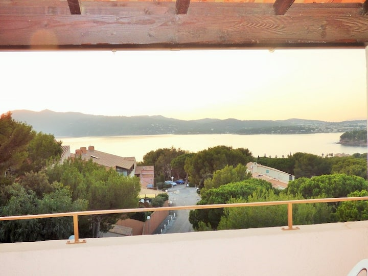 Sea view, residence with swimming pool, tennis courts, children's park.