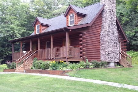 Private setting Log Home near all!! - Monticello - Huis