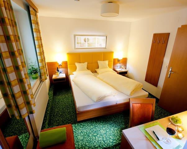 Hotel Sonnenhof, (Timelkam), Doppelzimmer 15qm, mit Dusche/WC