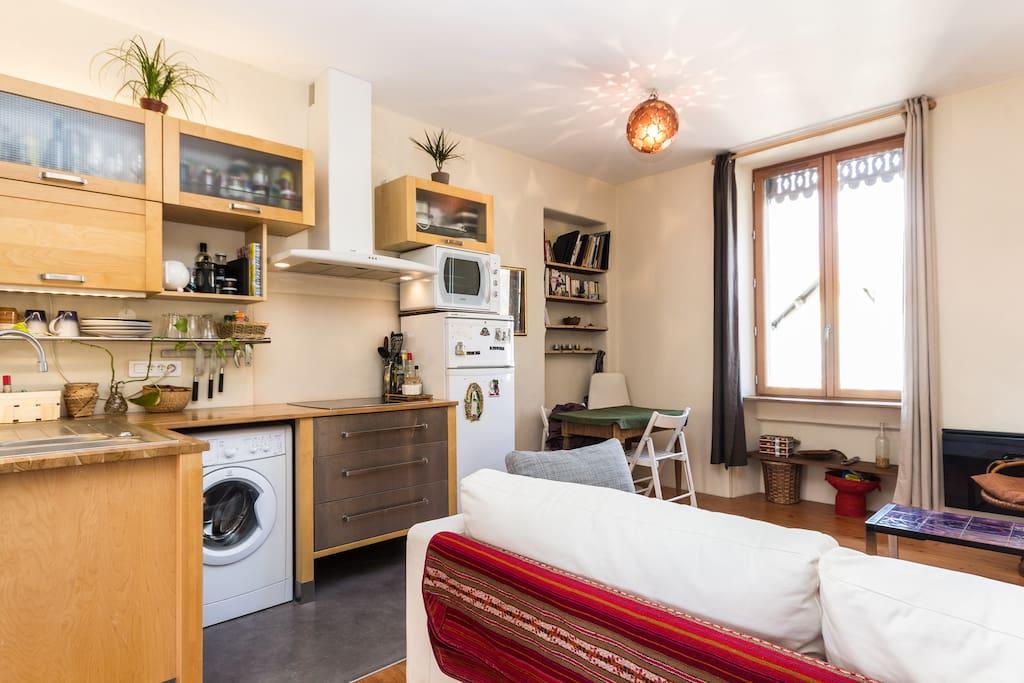 la cuisine ouverte sur le salon / the kitchen opens on the living room
