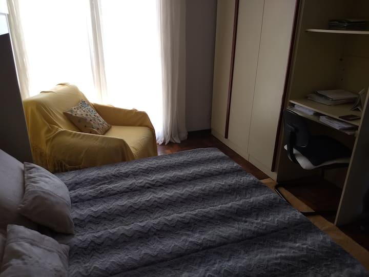 Alugo quartos de casal,o valor citado no anúncio.