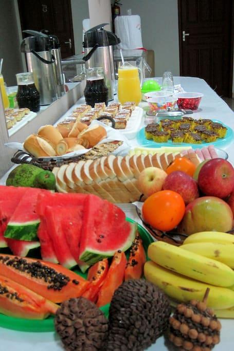 Frutas regionais completam o Café da Manhã.