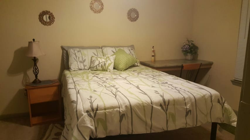 Bedroom with private bath, close to TTU - Lubbock - Daire