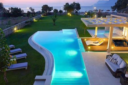 Villa Elvina only 50Meters From Sea - ชาเนีย