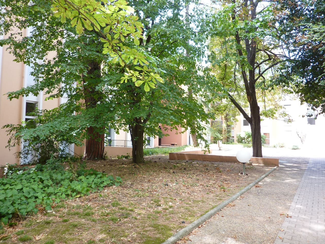 La résidence et son parc boisé