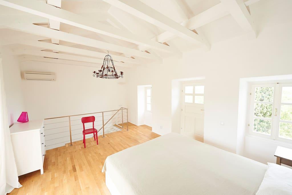 Schlafzimmer Haus 3 mit zwei Balkonen