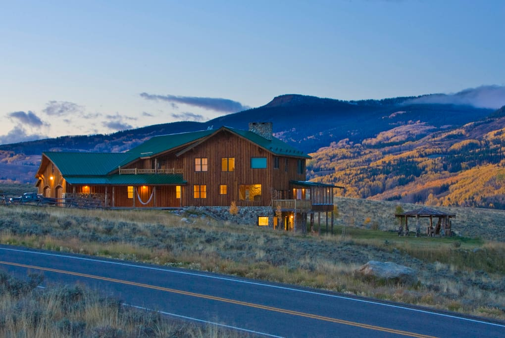 Acres of ranch land surrounds the property and help makes a peaceful holiday.