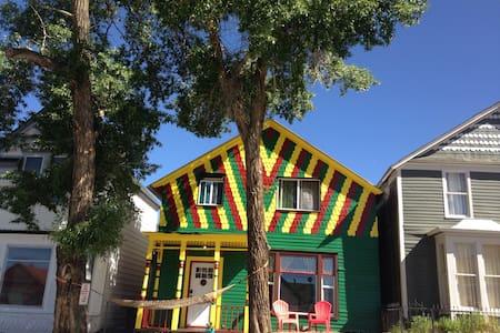 The Happy Hippie Tie Dye House - The Orange Room - レッドビル