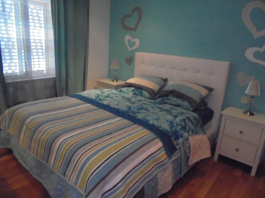 Quarto azul com cama king size