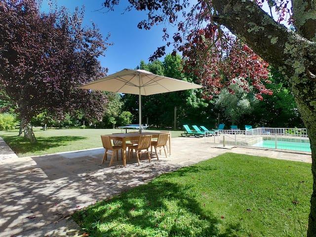 Jardin et Piscine, avec un autre endroit où vous pouvez avoir votre petit déjeuner  Garden and Pool with a place to have your breakfast or meals.