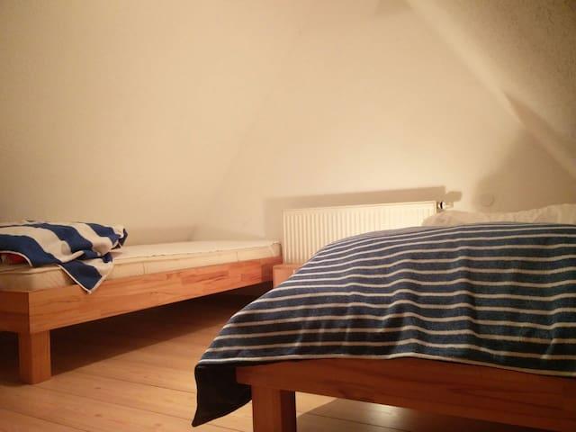 Dachgeschoss mit doppel Einzelbett - Friedrichshafen - Dům