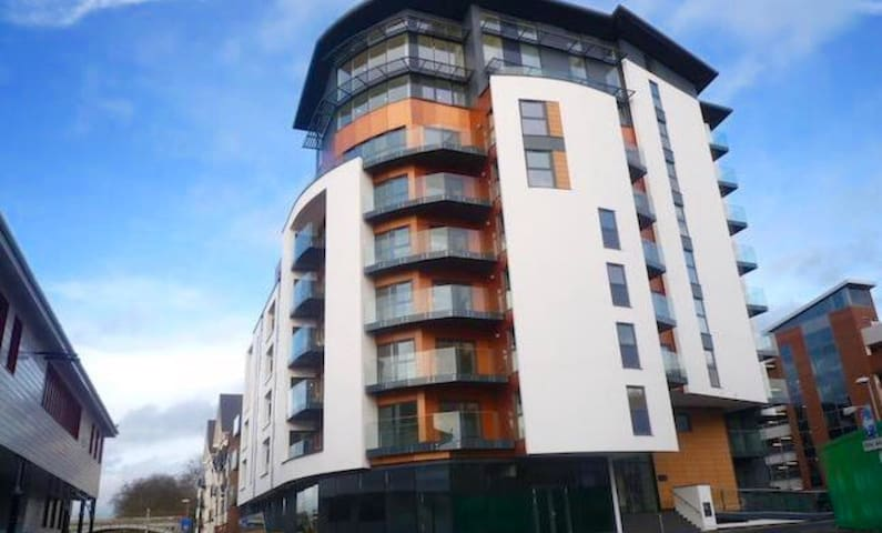 Luxury master bedroom with balcony - Kingston upon Thames - House
