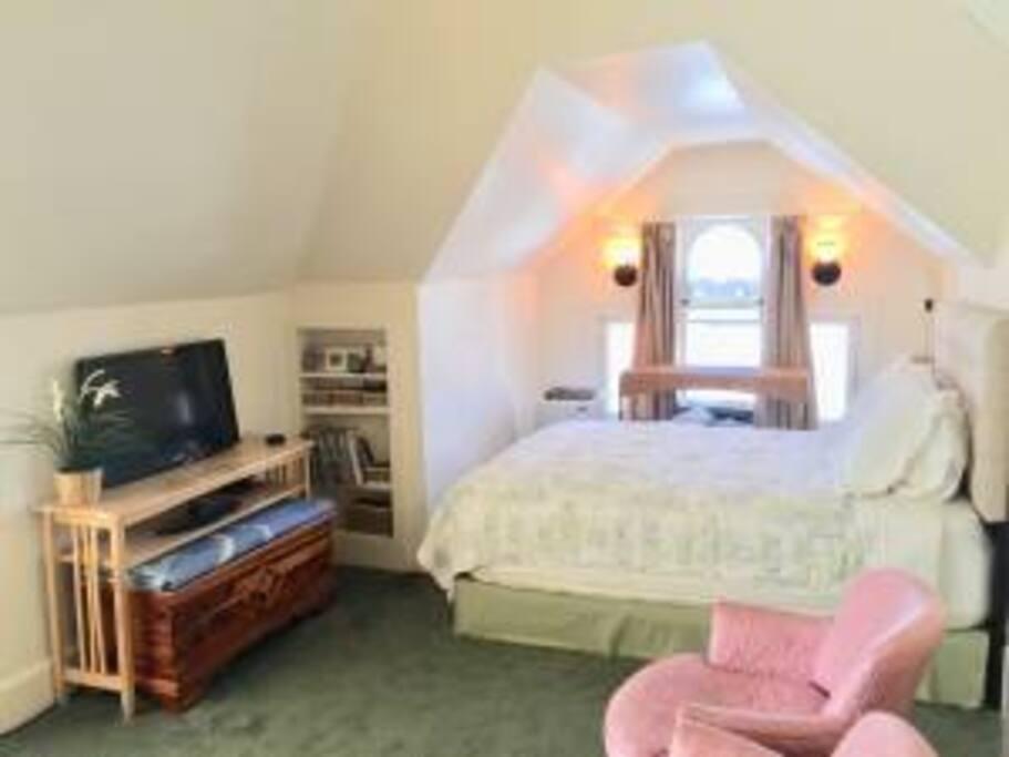 3rd Fl Queen Bed, HDTV