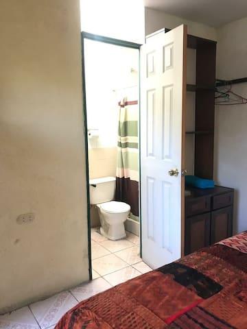 Es el baño de la habitación.