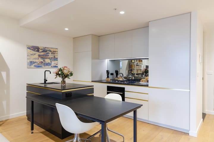 Modern & luxurious apartment- Amazing location!