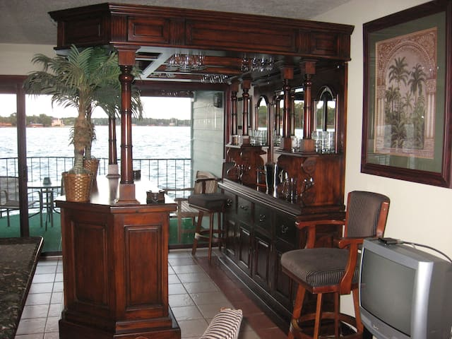 Resort Attractions' Bar Room Suite! - Willis - Huoneisto