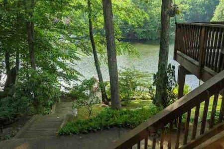 Quiet Lakefront House with BBQ & access to beach