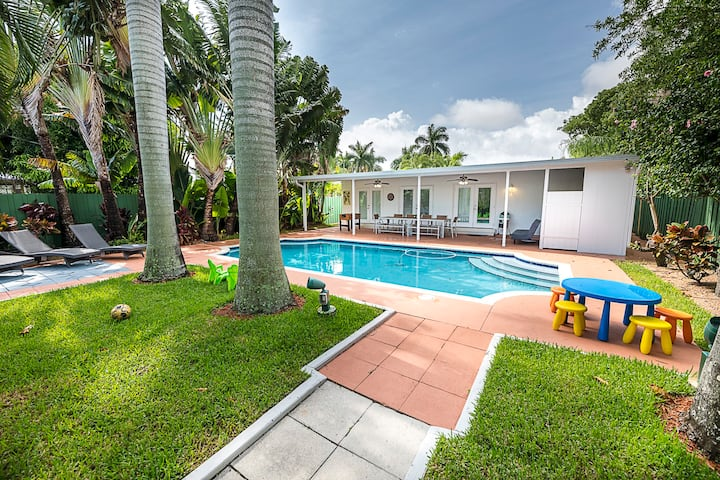 Luxury  4/3 + Den heated  pool  5 min to beach