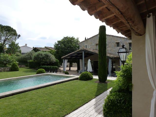 Maison et jardin de charme  avec piscine chauffée - Moulézan - บ้าน
