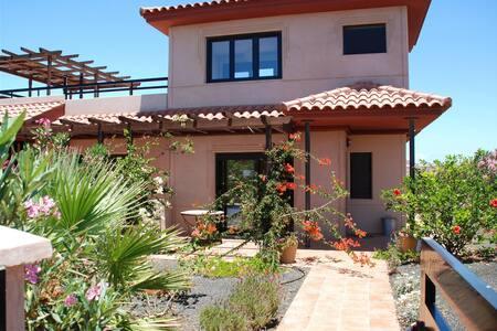 Villa Gecko with shared pool - Majanicho - Huis