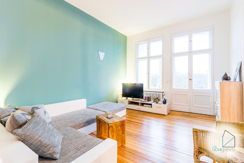 The old-building apartment has the authentic Berlin-style with high ceilings and stucco.