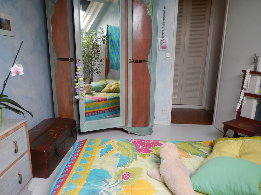 Chambre 1, salle de bain à côté. Room next to the bathroom.