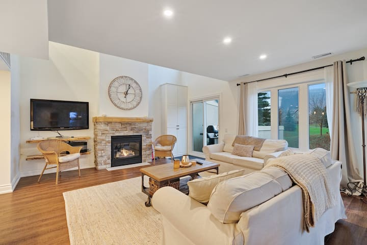 Lovely condo overlooking golf course w/shared pool & near Monterra Golf Course