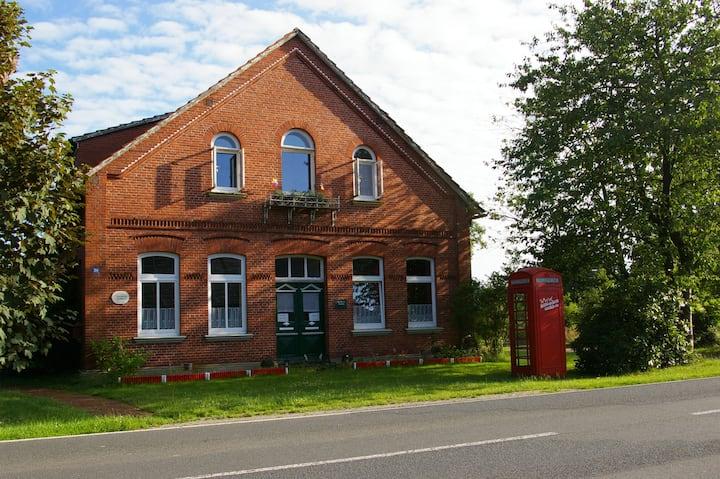 Das Haus mit der roten Telefonzelle