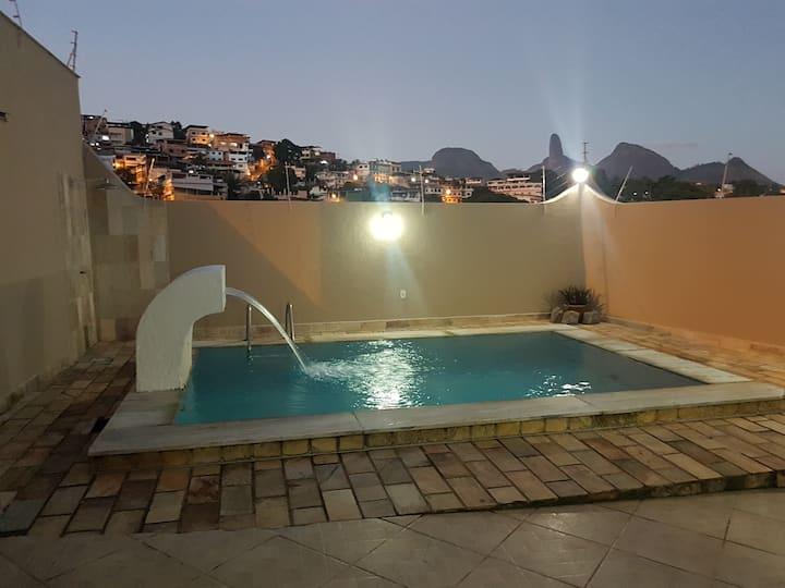 Suítes completas, amplas com piscina e sauna.