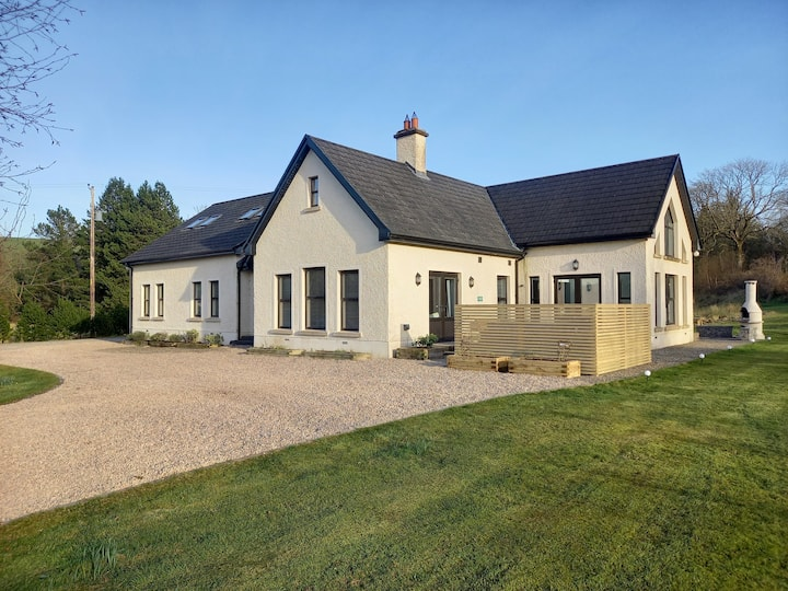 Kilskeery Lodge, modern country house with hot tub