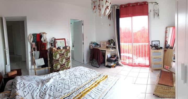 Grande chambre avec salle de bain privative