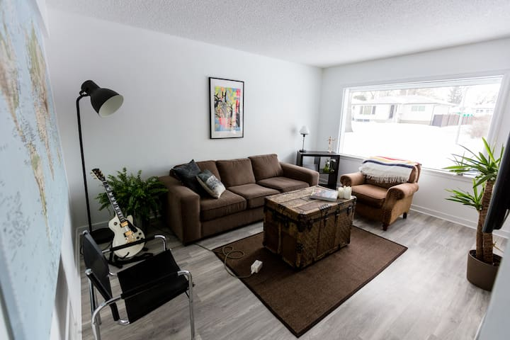 ★5BDRM House★ Ace Location | Whyte | UofA | Patio