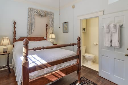 Cozy Queen room with Gourmet Breakfast - Cedars B&B