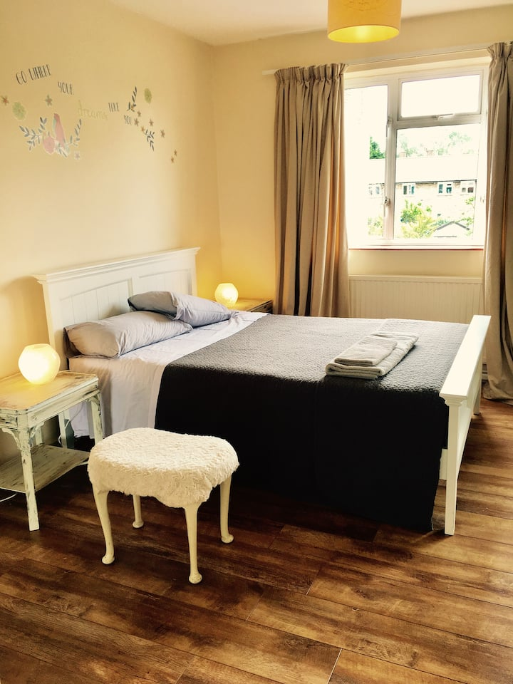 Sunny, spacious apartment by Richmond Park