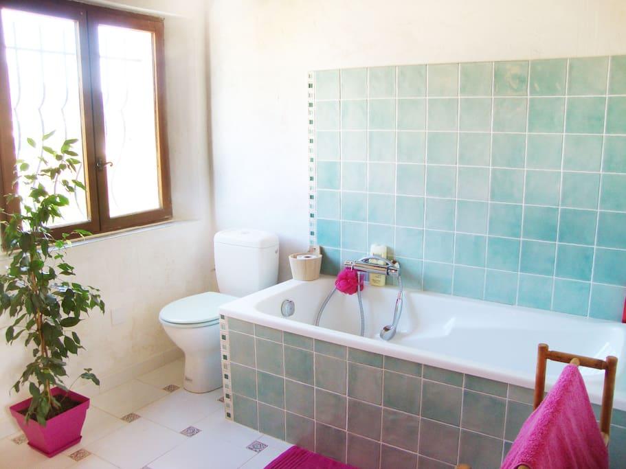 Salle de bain privative, attenante à la chambre.